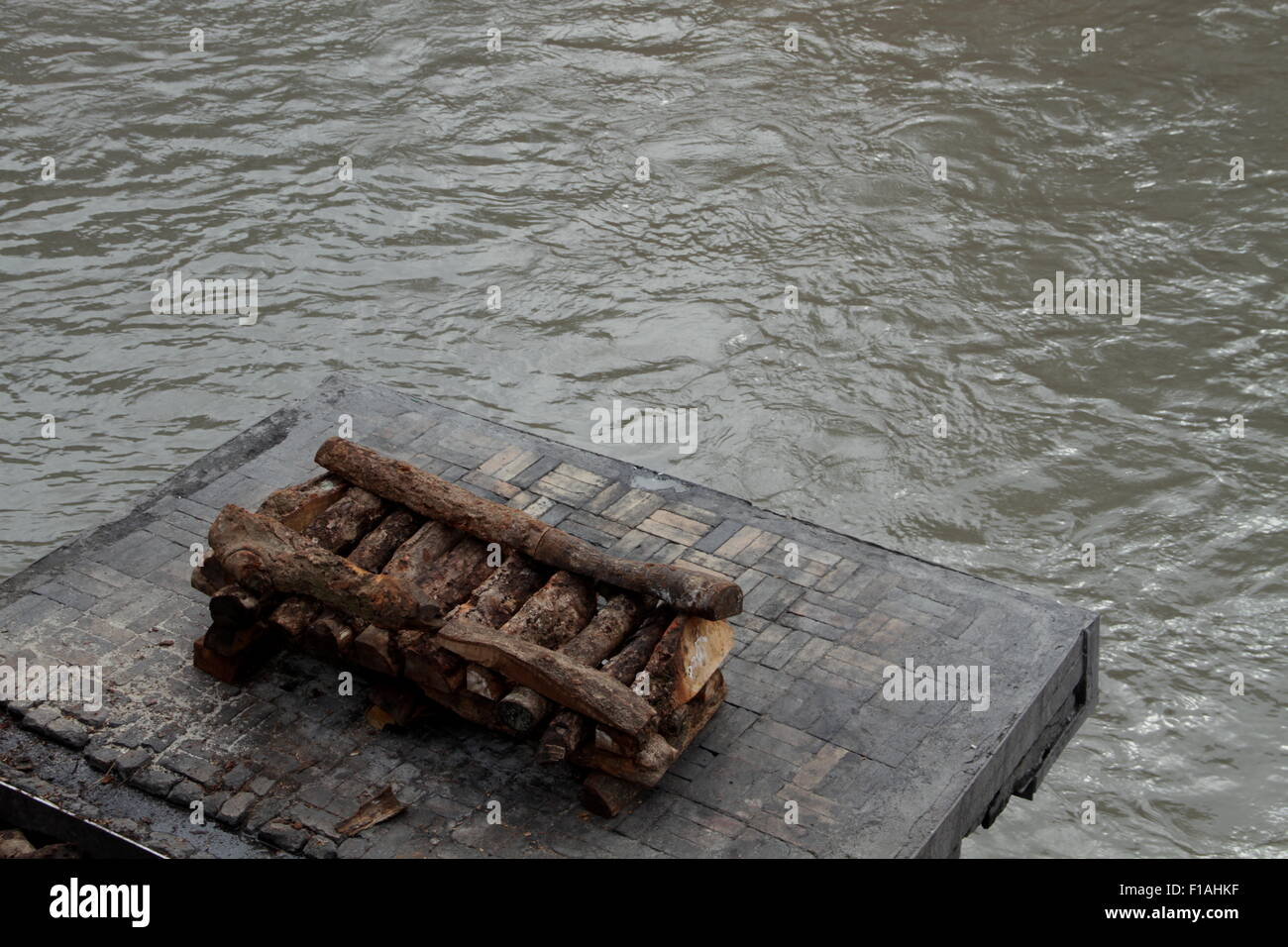 Preparation for the body to be placed in a Hindu funeral on the banks of Bagmati river at Pashupatinath Temple in Stock Photo