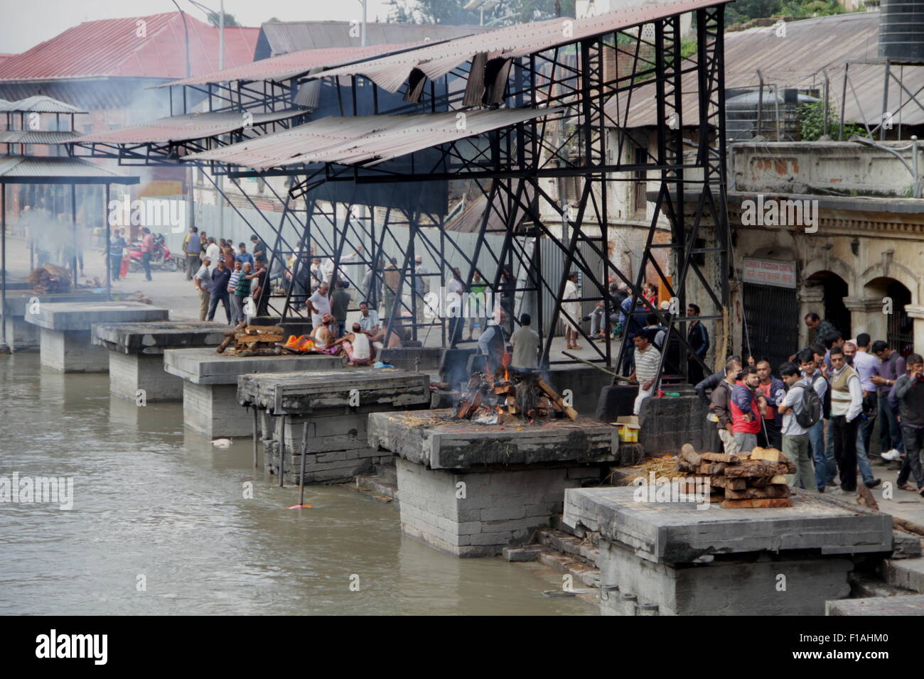 Hindu cremation rituals at the banks of Bagmati river at Pashupatinath Temple in Kathmandu - Stock Image