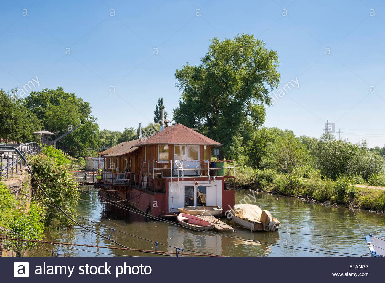 Germany, Hesse, Frankfurt-Hoechst, House boat on Nidda river - Stock Image