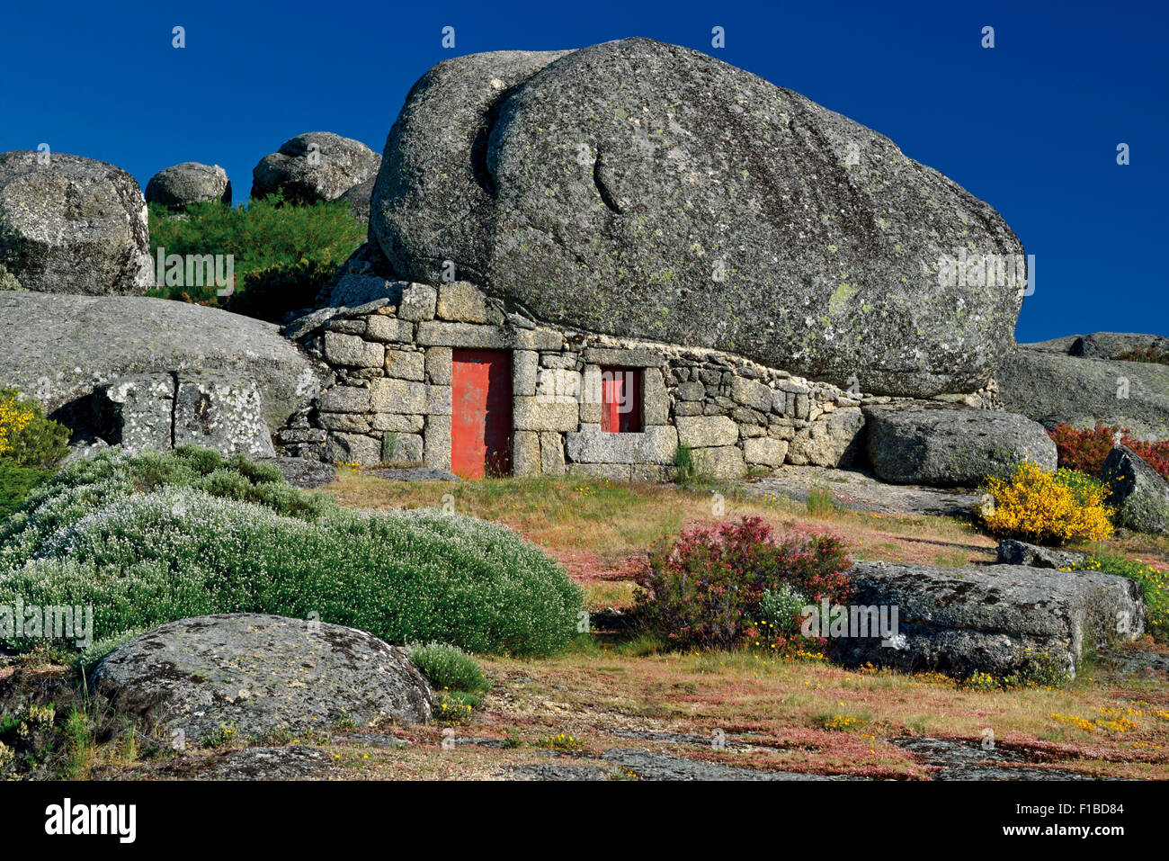 Portugal, Serra da Estrela: House under the Rocks - Stock Image