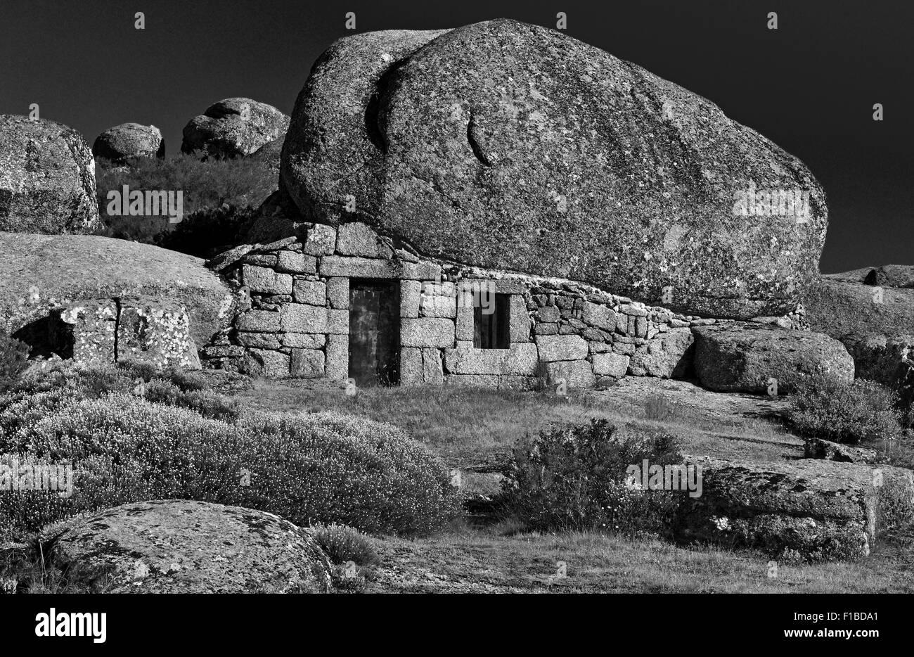 Portugal, Serra da Estrela: House under the Rocks (bw) - Stock Image