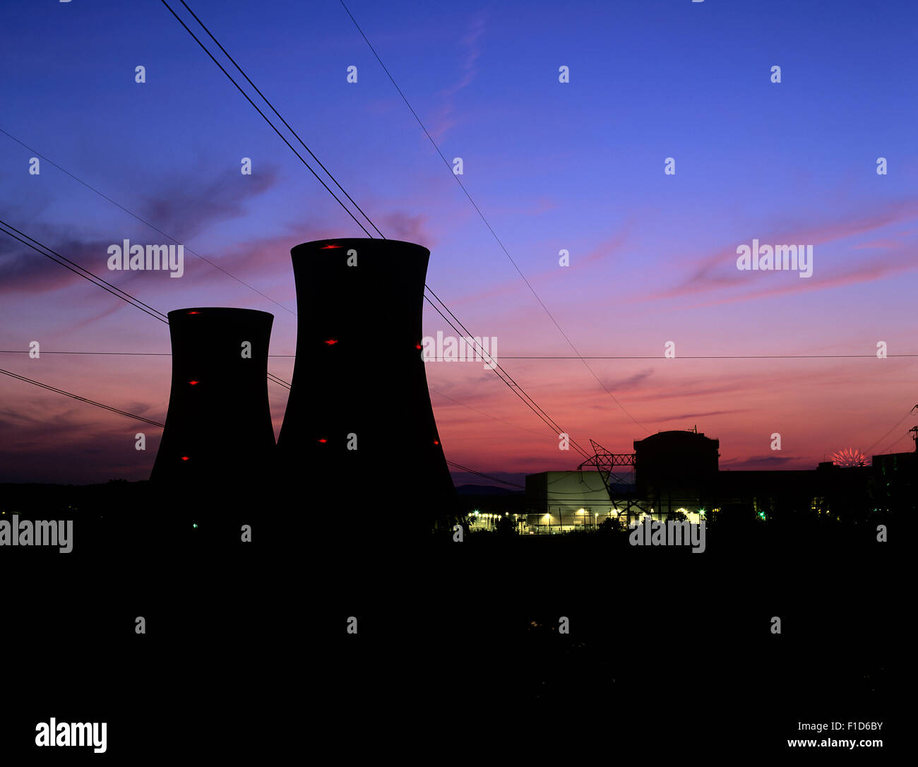 Twilight and the cooling towers of Three Mile Island nuclear power plant Unit 2, closed since 1979 after a fire - Stock Image
