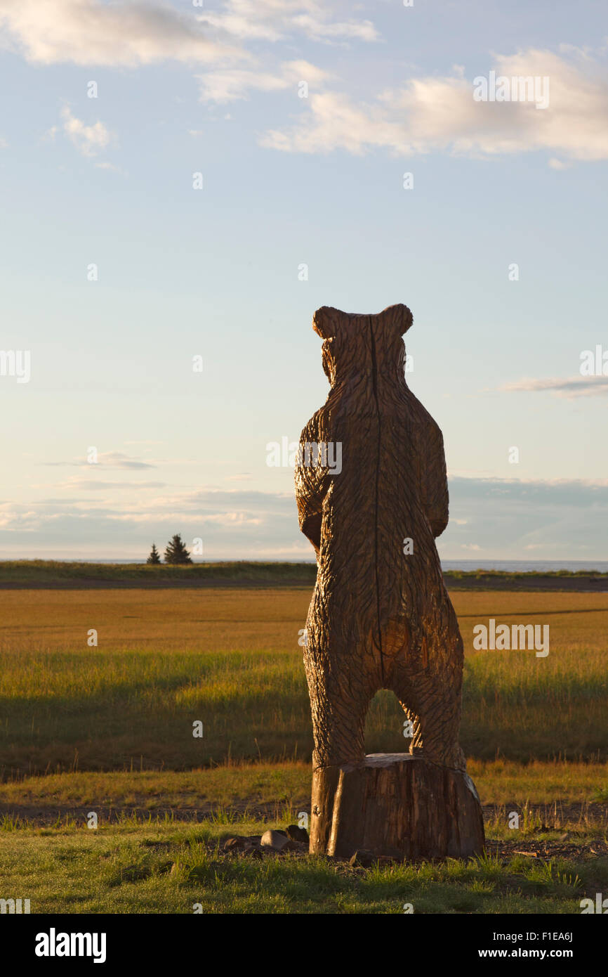 Life Size Wood Carving of Grizzly Bear - Stock Image
