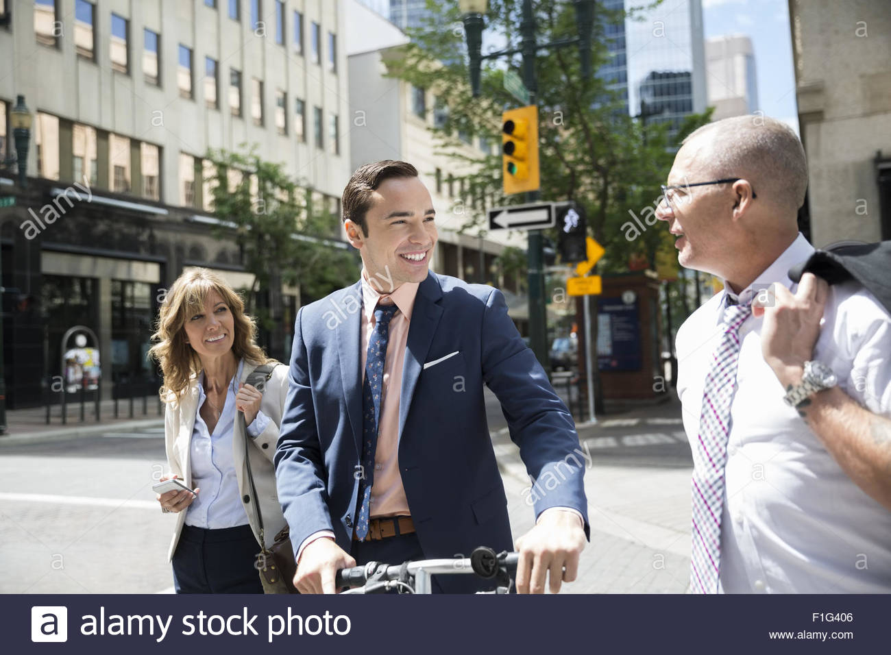 Business people crossing city street - Stock Image