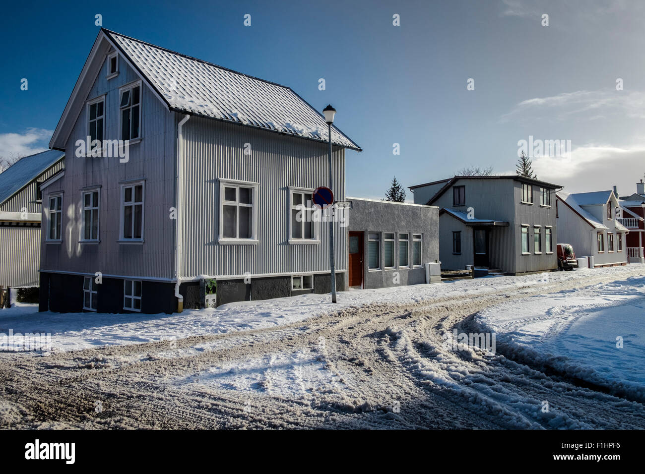 Discussion sur l'étoile du 4 juin  2018 Coloured-facade-house-in-reykjavik-old-town-city-in-winter-iceland-F1HPF6