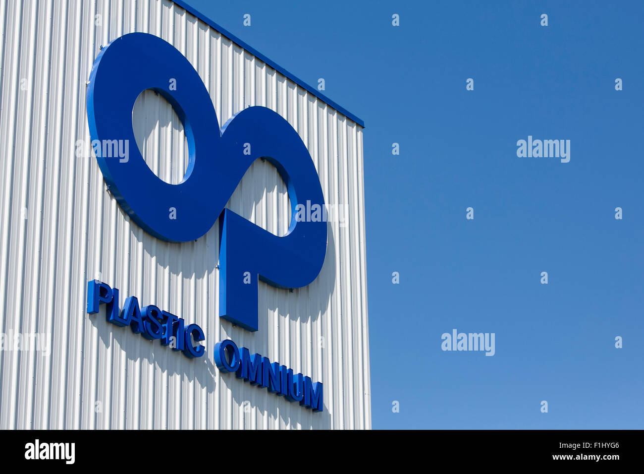 A logo sign outside of a facility occupied by Plastic Omnium in Kansas City, Kansas on August 23, 2015. - Stock Image