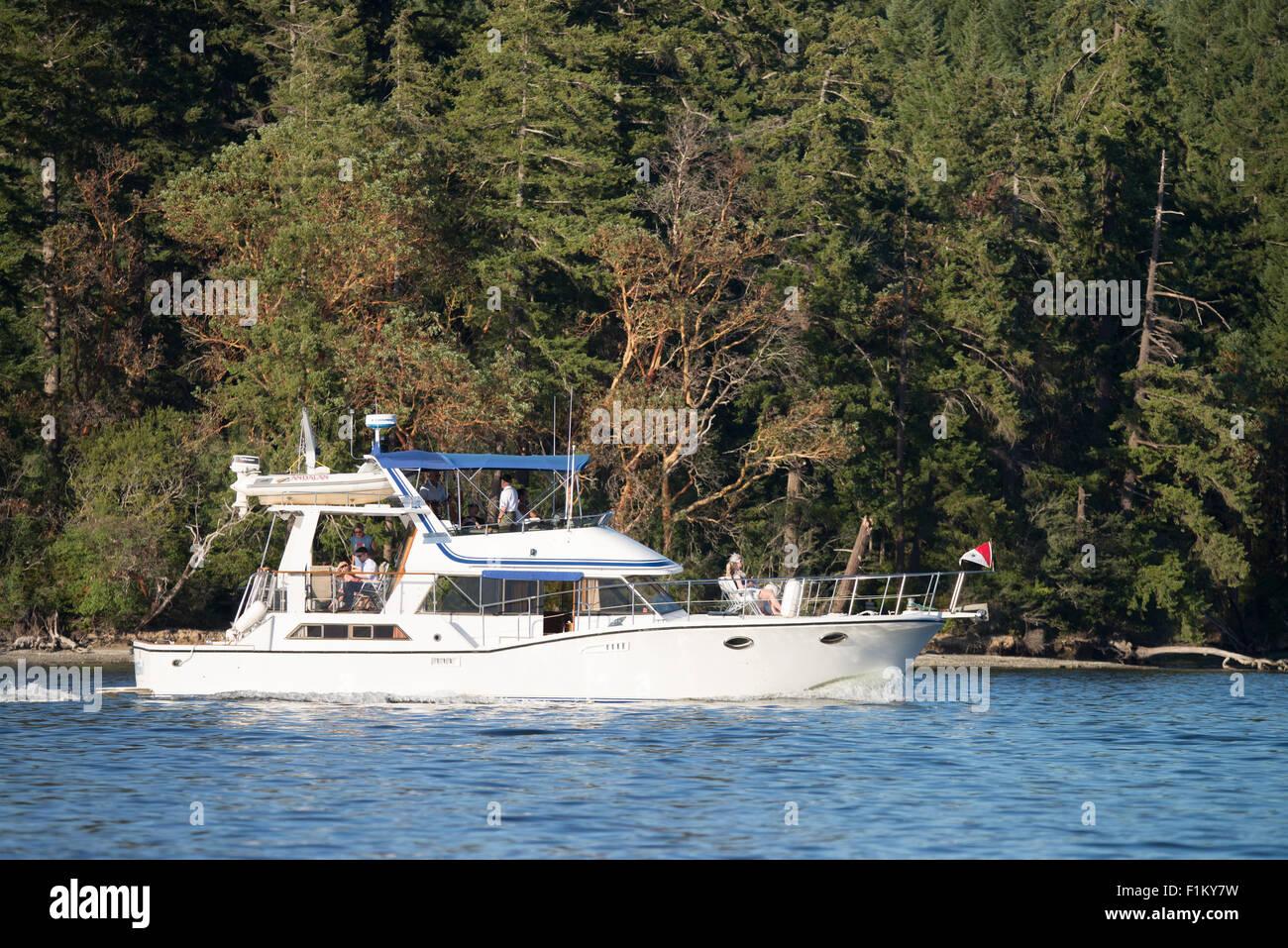 Power boat cruising along Hope Island Marine State Park, Puget Sound, State of Washington, USA - Stock Image