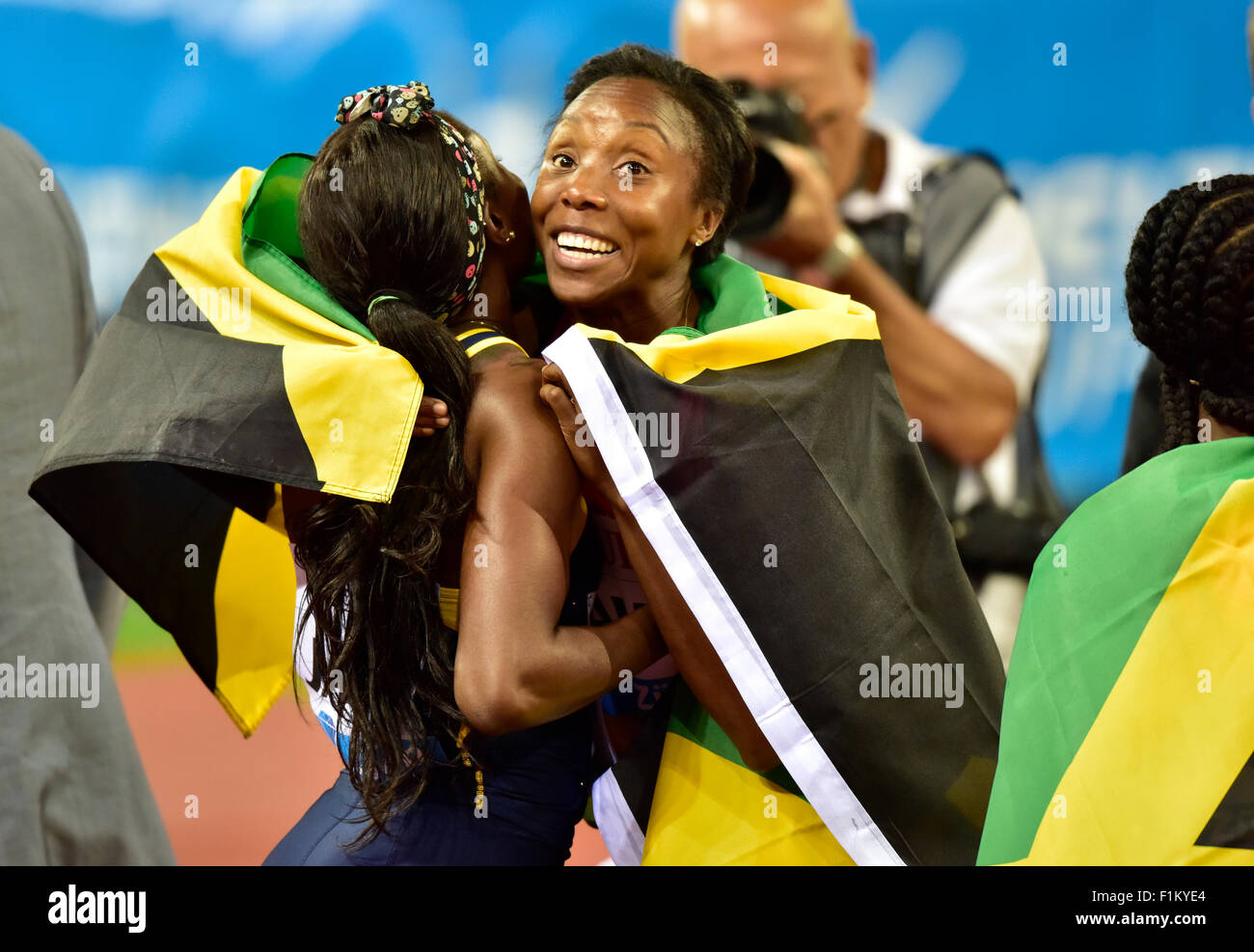 Zurich, Switzerland, 03rd Sep, 2015. Elaine Thompson (left) is being hugged by Natasha Morrison after the victory - Stock Image