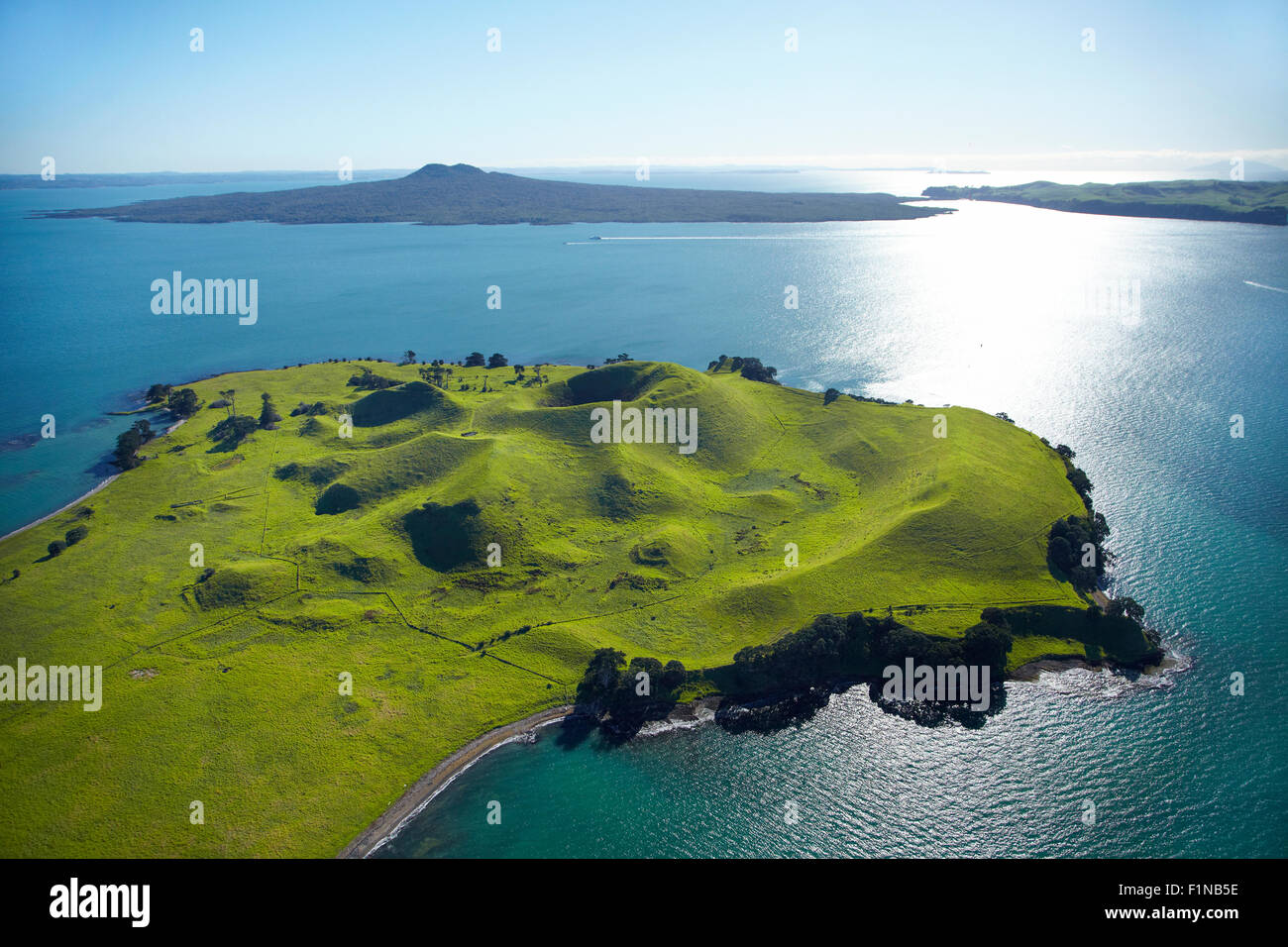 Volcanic craters on Browns Island, or Motukorea, and Rangototo Island in distance, Hauraki Gulf, Auckland, New Zealand - Stock Image