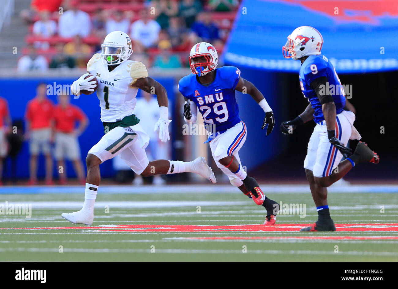 Dallas, TX, USA. 4th Sep, 2015. wide receiver Corey Coleman (1) of the Baylor Bears continues to gain yards after Stock Photo