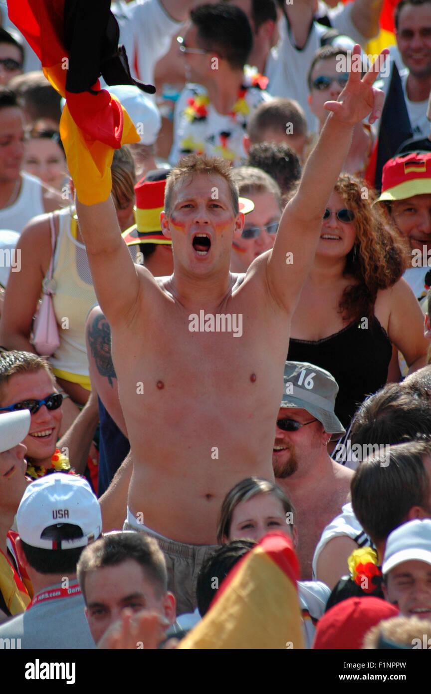 deutscher Fan bejubelt das 1:0 durch Lukas Podolski bei dem Achtelfinale bei der Fussballweltmeisterschaft 2006 zwischen Deutsch Stock Photo