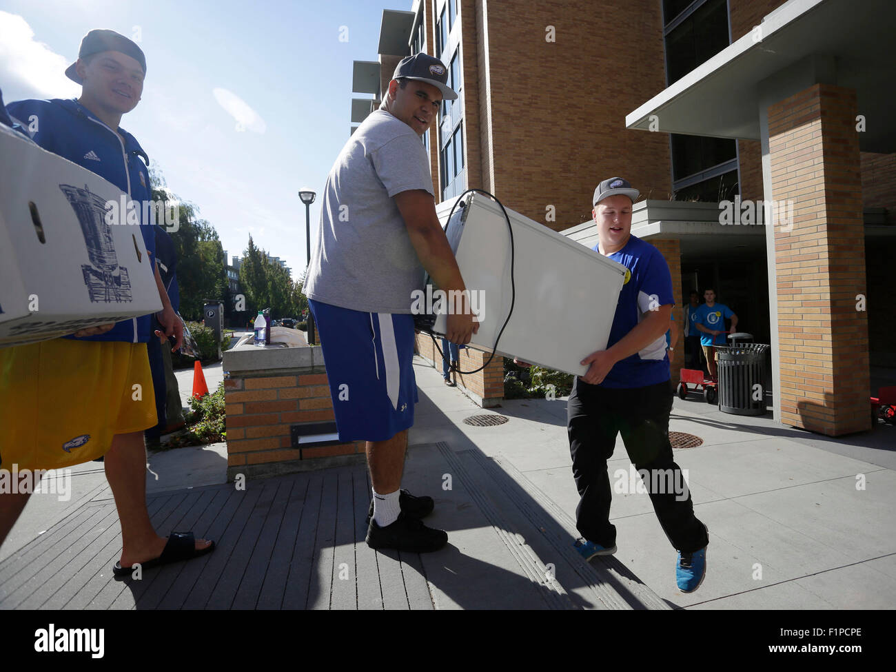 (150905) -- VANCOUVER, Sept. 5, 2015 (Xinhua) -- University students transport some home appliances into campus - Stock Image