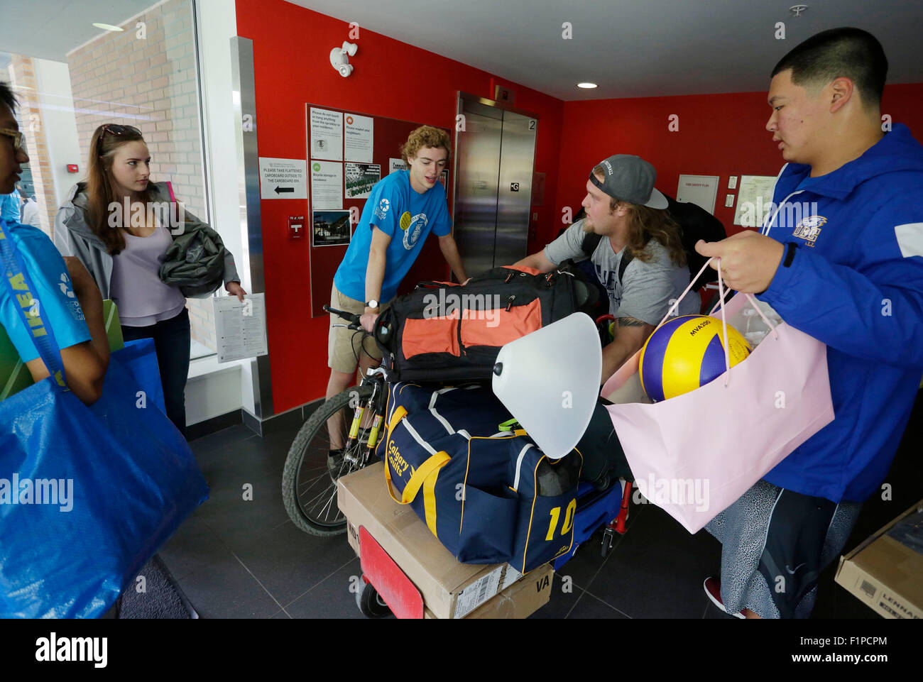 (150905) -- VANCOUVER, Sept. 5, 2015 (Xinhua) -- University students wait for the lift with luggages inside a campus - Stock Image