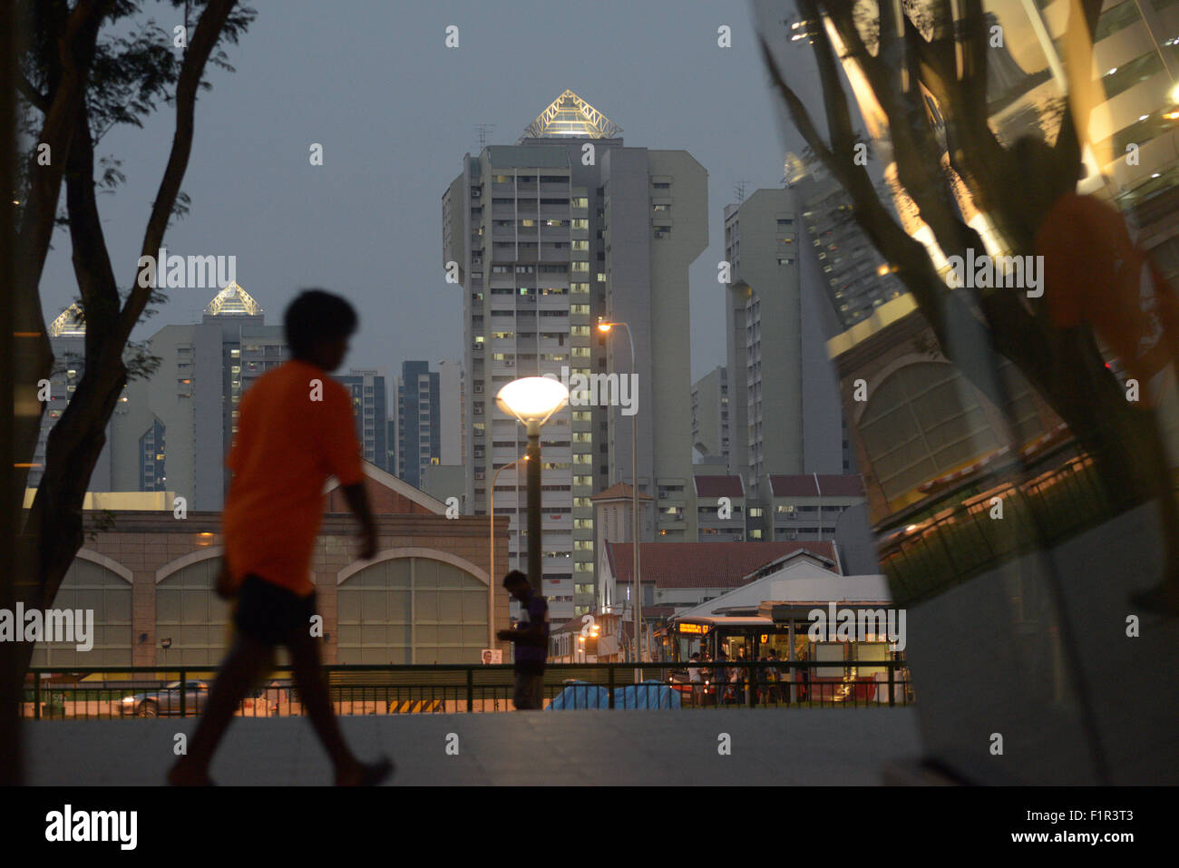 Singapore. 6th Sep, 2015. Pedestrians walk at Singapore's city center, Sept. 6, 2015. The pollution index in - Stock Image