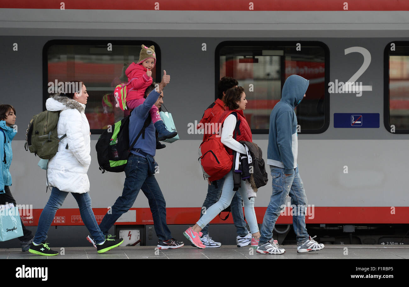 Munich, Germany. 06th Sep, 2015. Refugees wave as they arrive at the main train station in Munich, Germany, 06 September - Stock Image