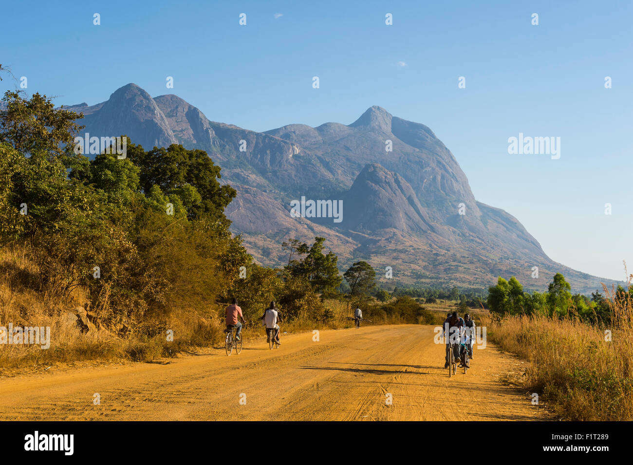 Road leading to the granite peaks of Mount Mulanje, Malawi, Africa - Stock Image