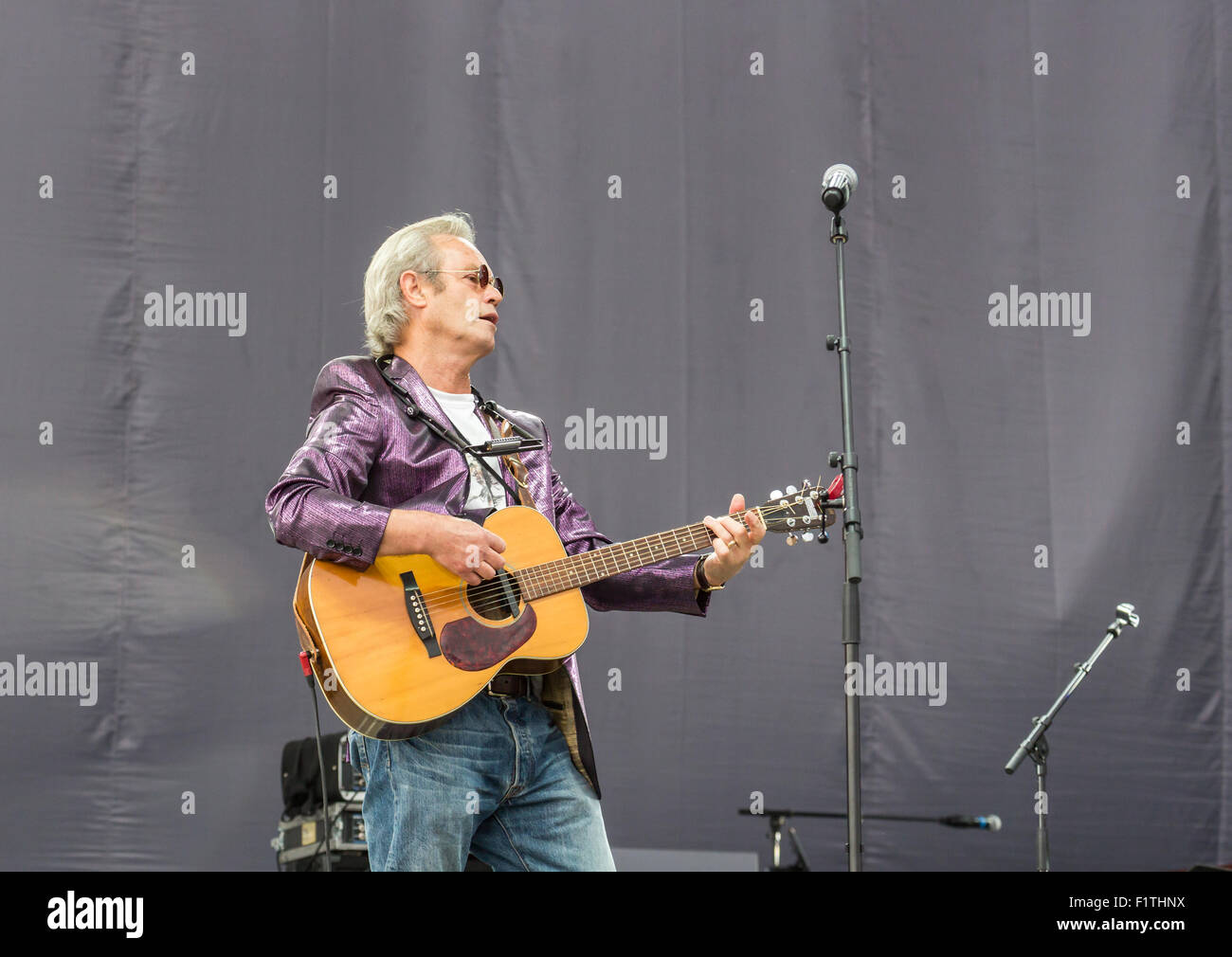 Ewhurst, Surrey, England, UK.  5th September 2015.  Chris Jagger performs, singing live on stage with a guitar at - Stock Image