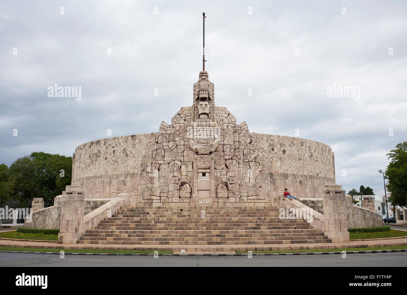 Resting place: No flag on the Monument to the Mexican Flag . A grand sculpture and fountain in the center of Merida - Stock Image