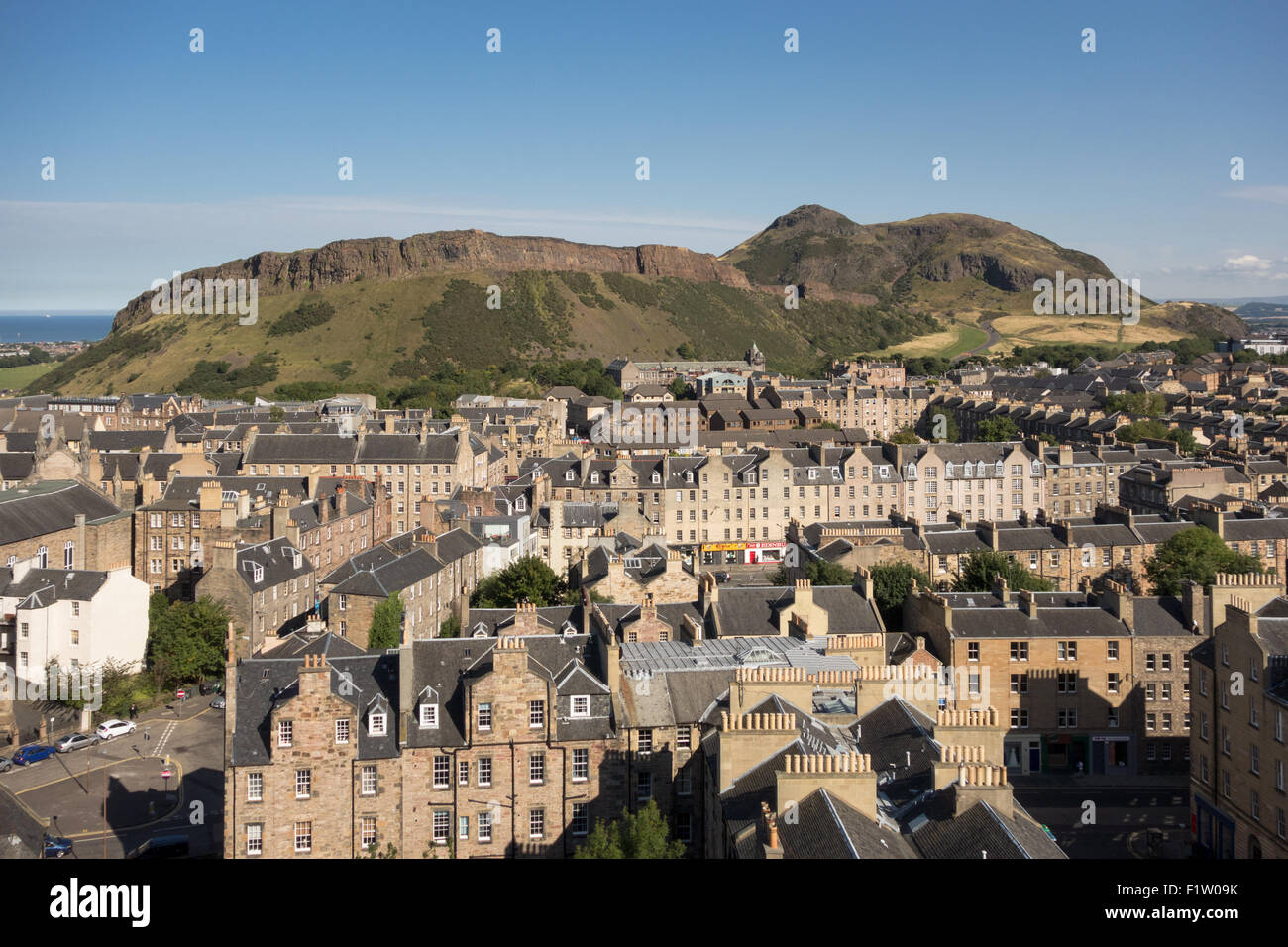 Edinburgh - Arthurs Seat and Salisbury Crags, houses, buildings, flats apartments in the Old Town - Stock Image