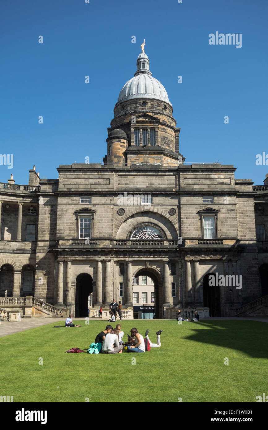The University of Edinburgh Edinburgh Law School, Old College - students in the quad - Stock Image