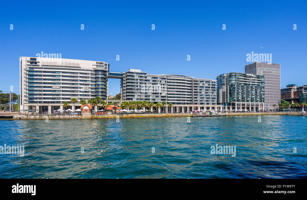 Australia, NSW, Sydney, view of East Circular Quay on Sydney Cove with colonaded shops and restaurants - Stock Image
