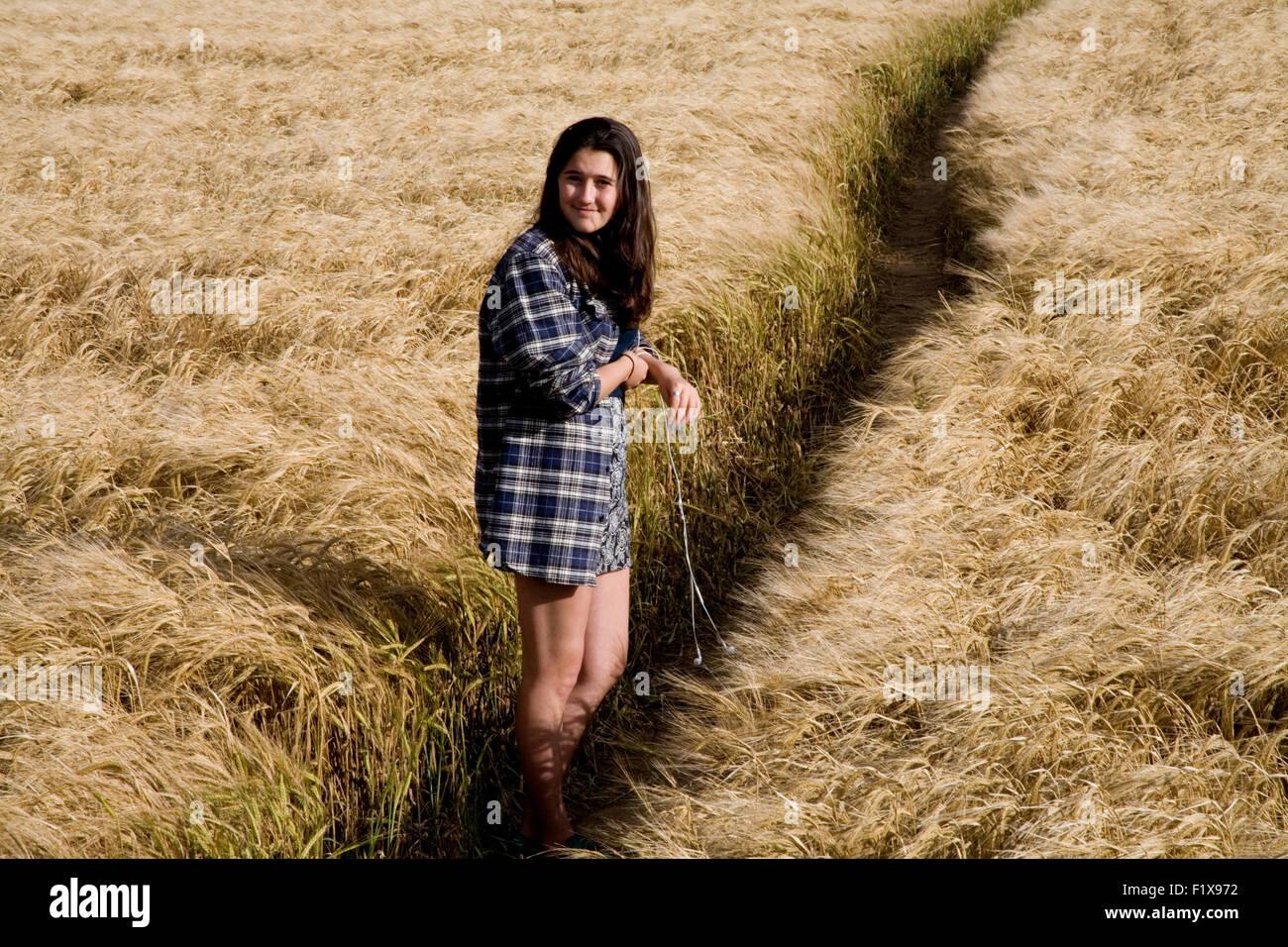 Teenage girl in wheat field - Stock Image