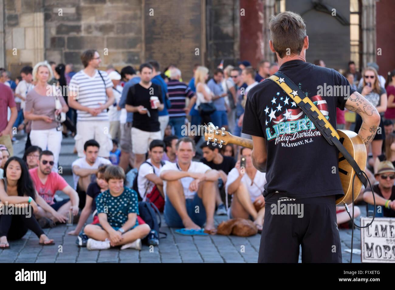 Street performer audience in Prague, Czech Republic, Europe - Stock Image