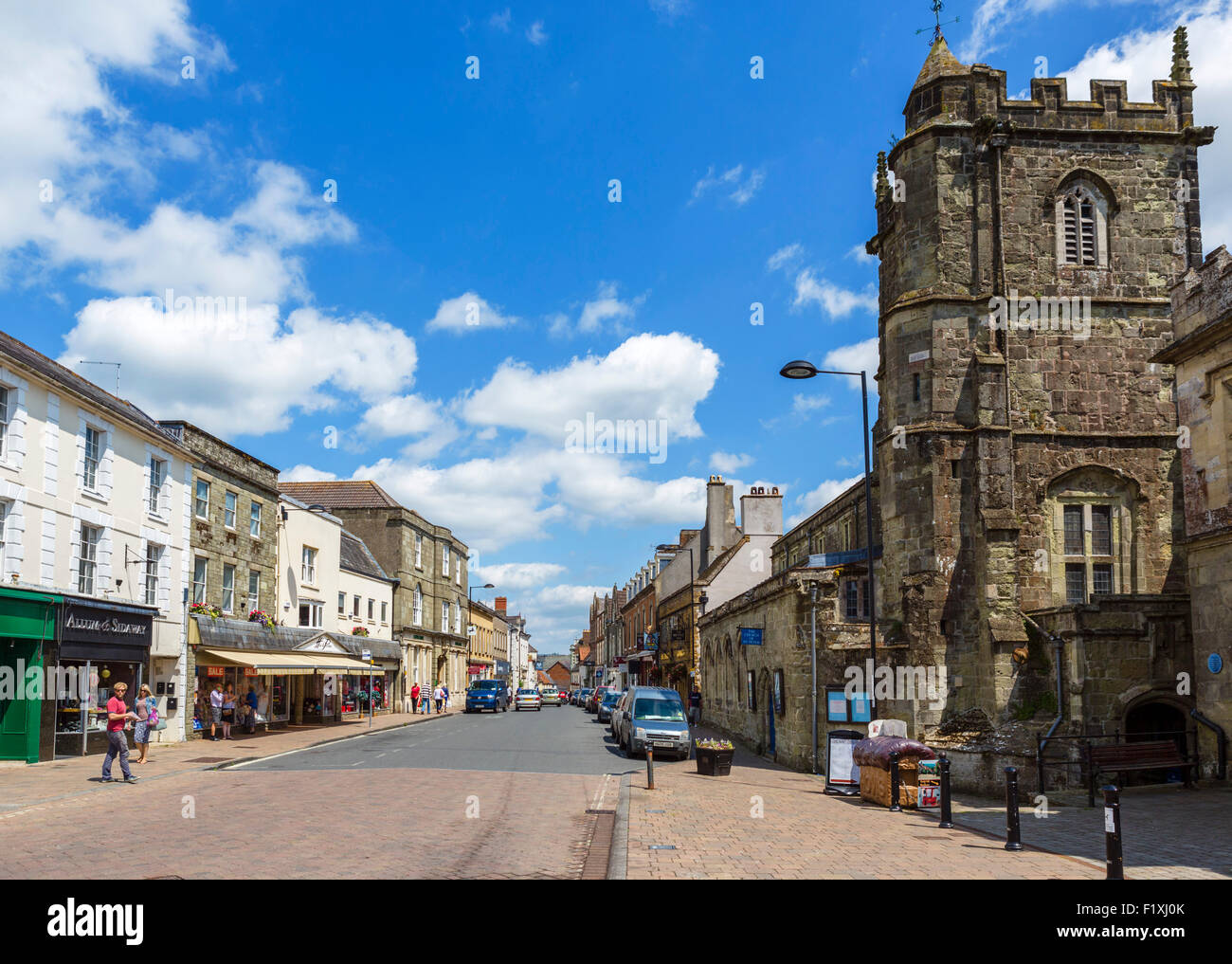 The High Street with Saint Peter's Church to the right, Shaftesbury, Dorset, England, UK - Stock Image