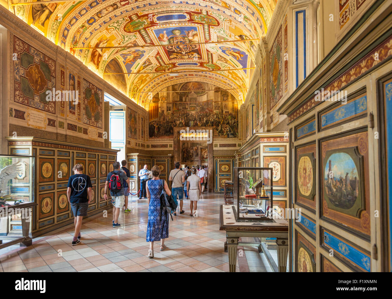 inside-the-galleries-of-the-vatican-museum-interior-vatican-city-rome-F1XNMN.jpg