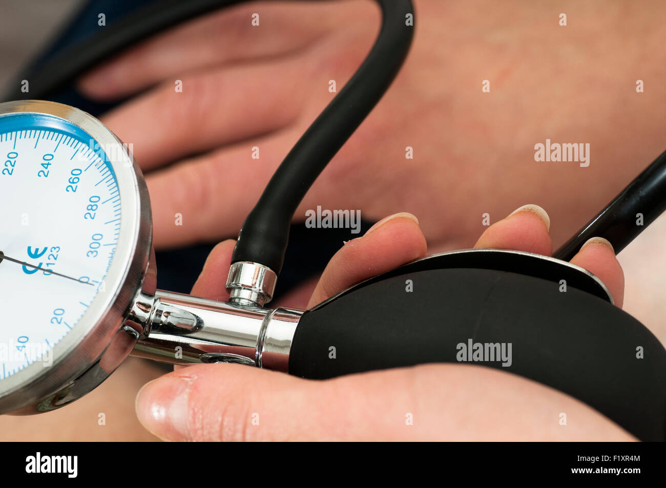 Female Doctor uses a sphygmomanometer - Stock Image