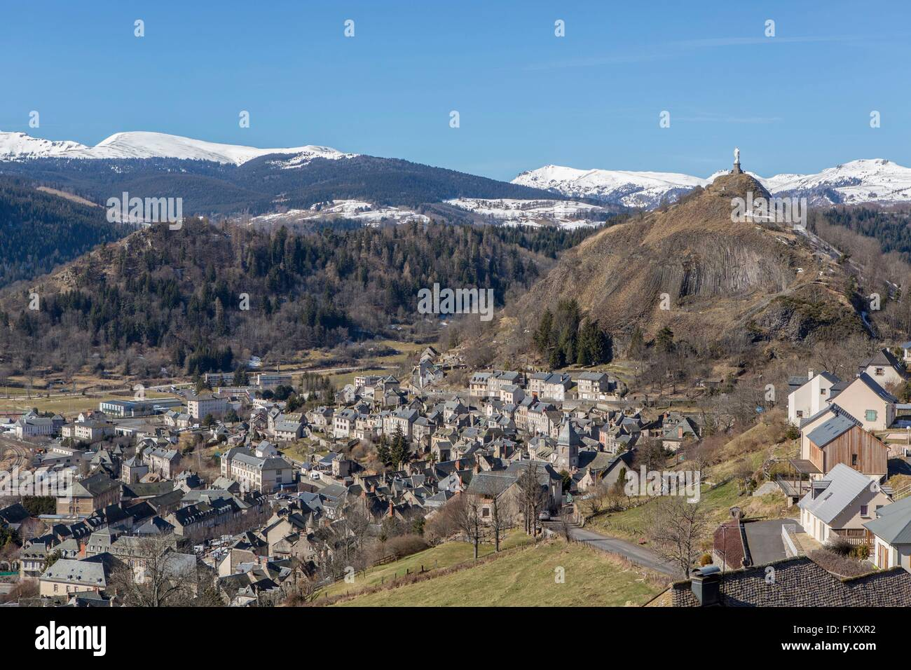 France, Cantal, Murat and the Rock of Bonnevie, Cantal volcanoes in the background, parc naturel regional des volcans - Stock Image