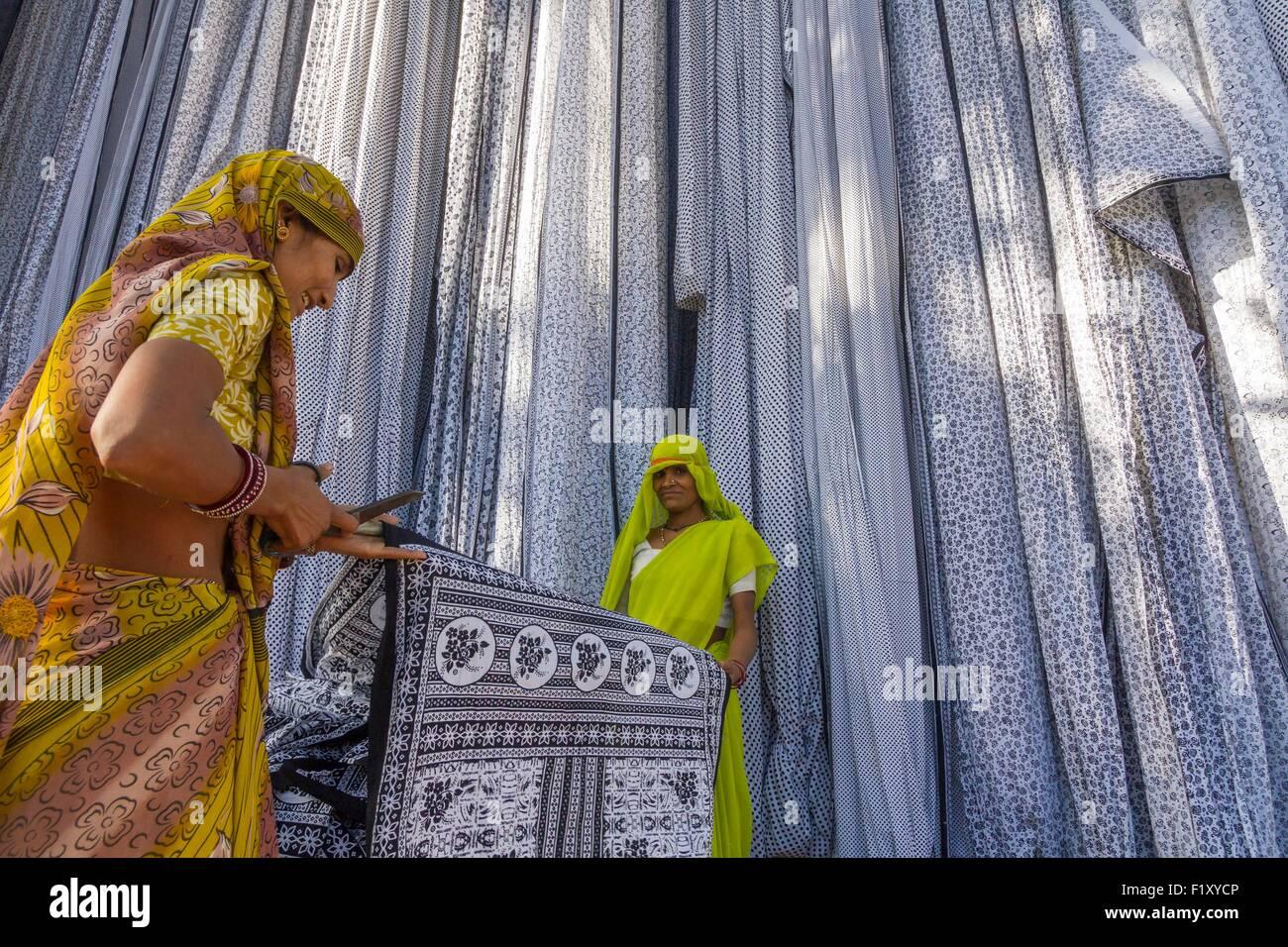 India, Rajasthan State, Sanganer, textile factory, cutting textiles - Stock Image