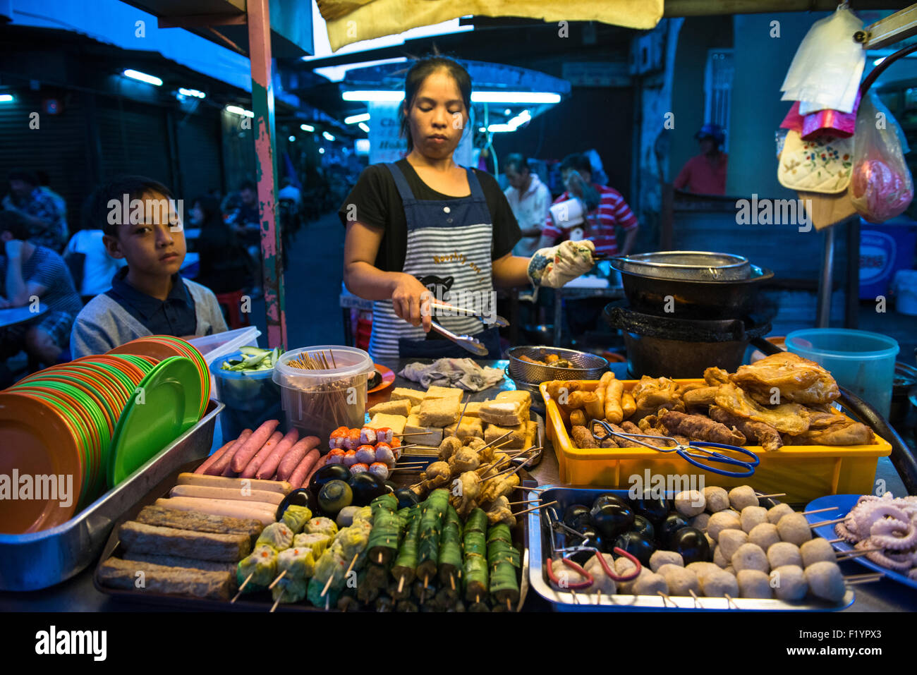 Street food stalls at the vibrant night market in Georgetown, Penang. - Stock Image
