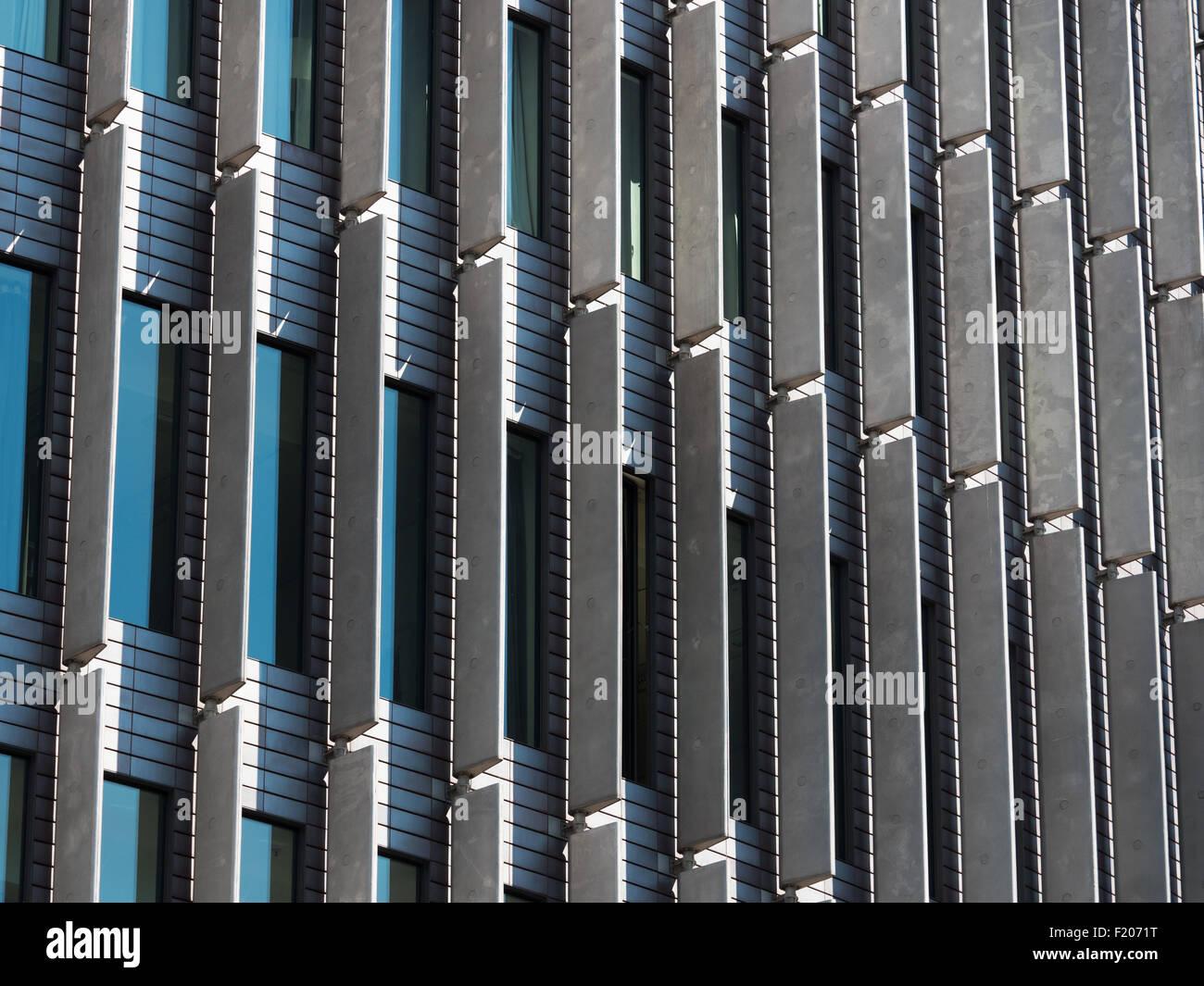 Details der Fassade eines modernen Hochhauses - Stock Image