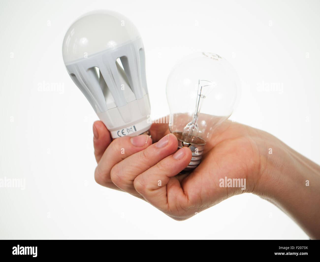 Hand hält LED-Lampe und Glühlampe Stock Photo: 87286750 - Alamy