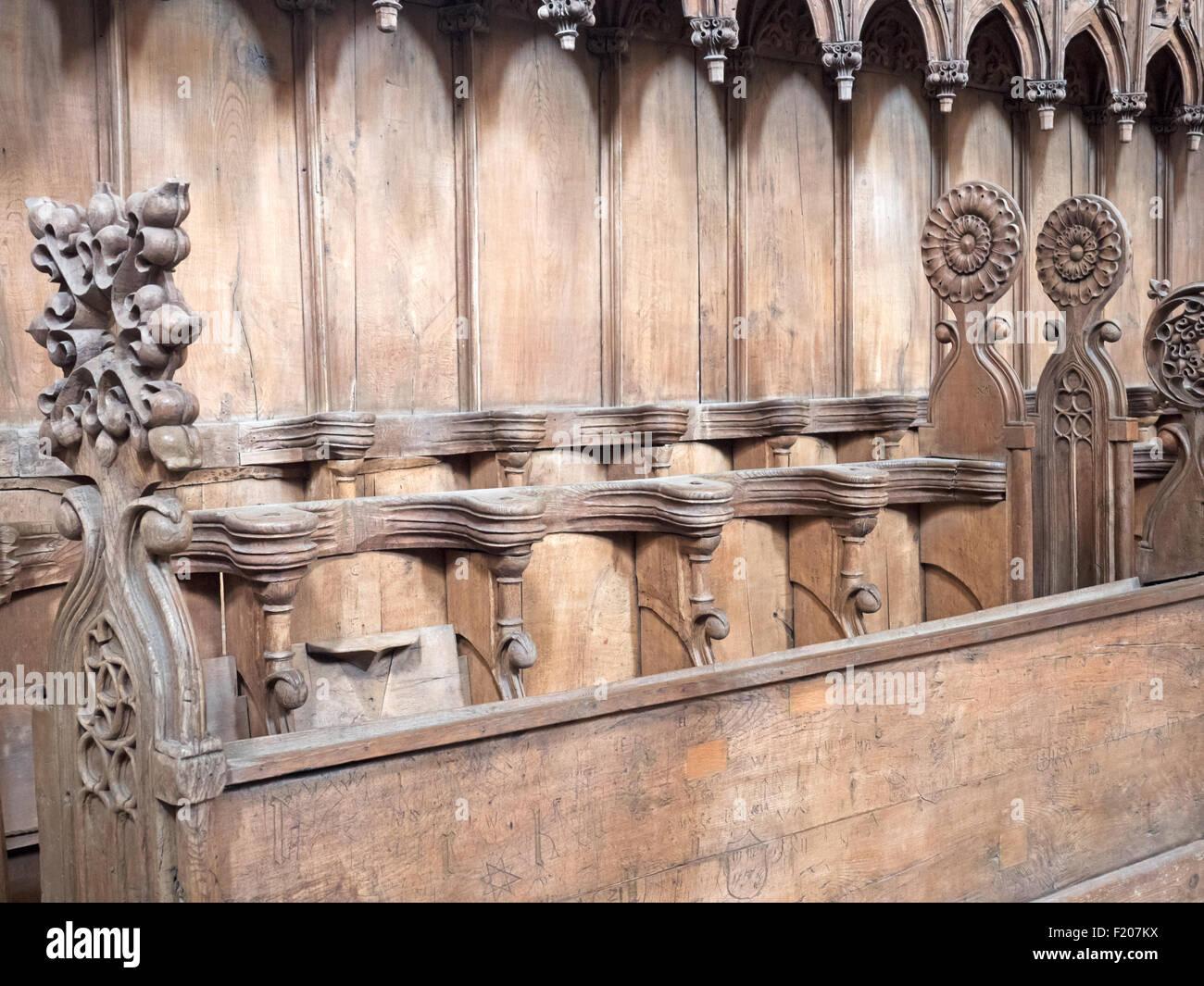 altes Chrogestühl in einer Kirche - Stock Image