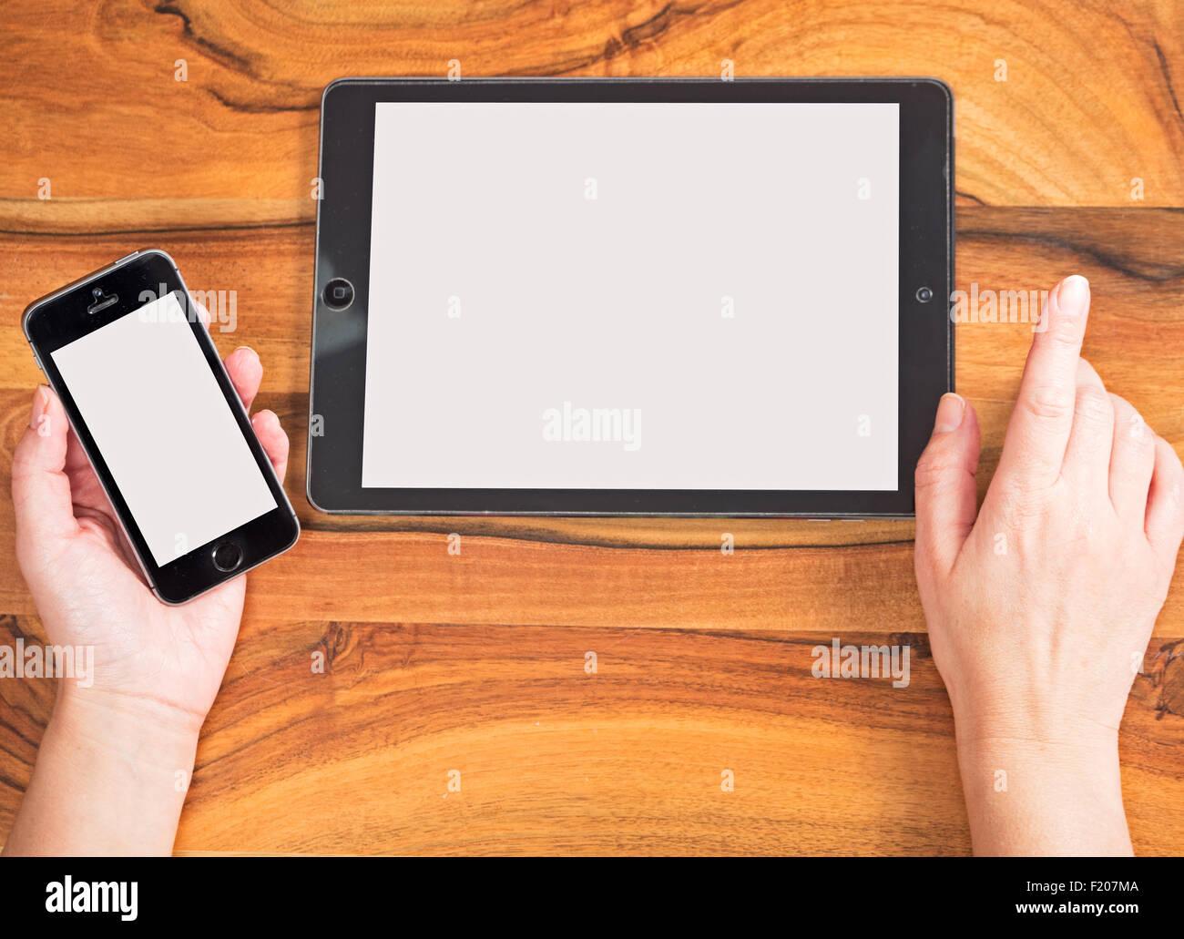 Hände mit Handy und Tablet Computer - Stock Image