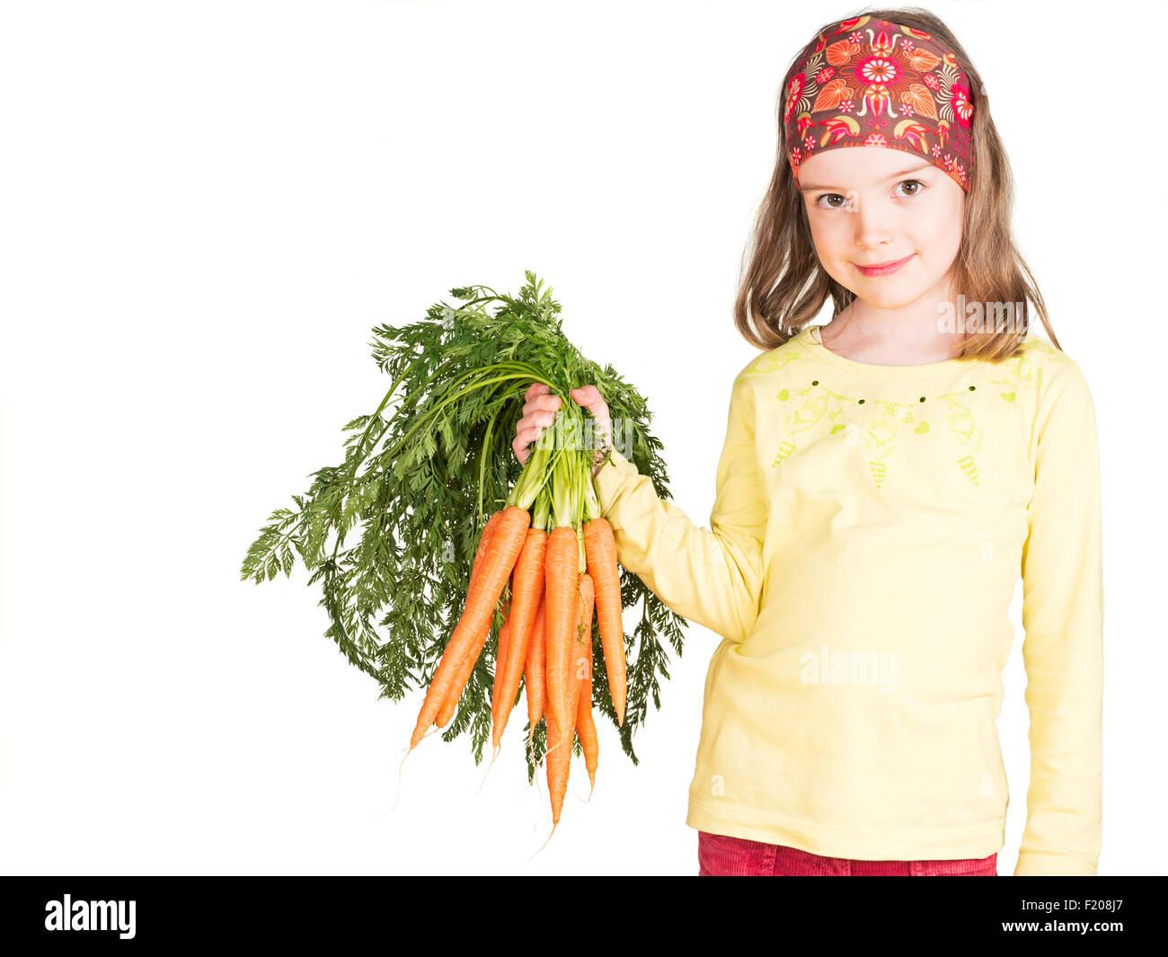 Mädchen hält ein Bund Möhren Stock Photo