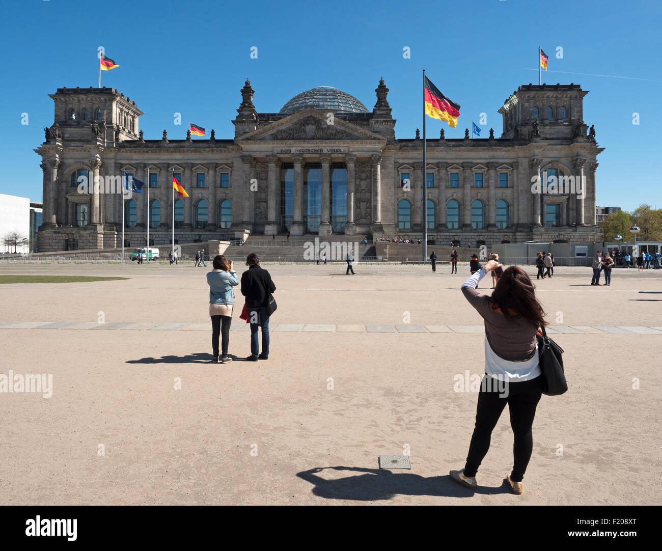 Berlin, Germany - April 21, 2015: Touristen vor dem Berliner Reichstag - Stock Image