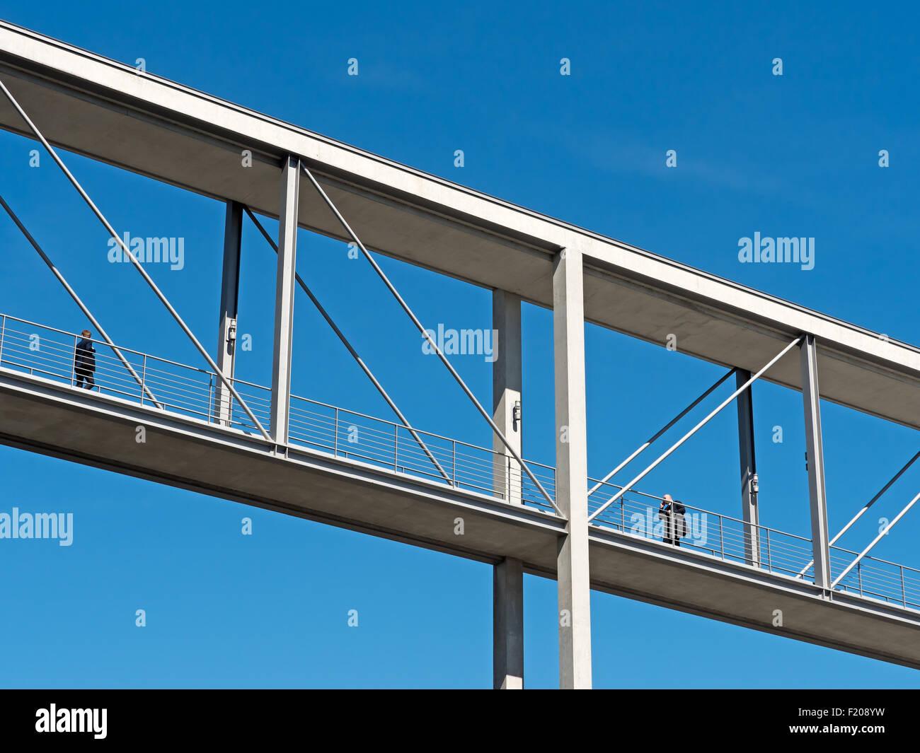 Brücke zwischen zwei Häusern Stock Photo