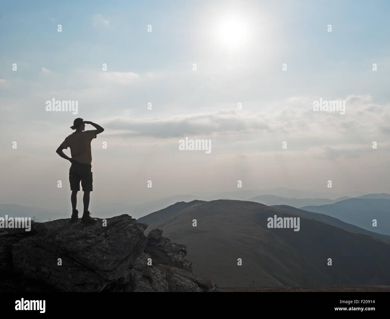 Wanderer blickt in die Ferne - Stock Image