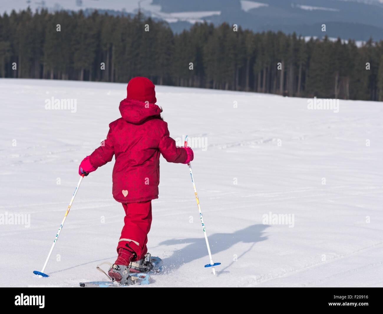 Kind läuft mit Schneeschuhen - Stock Image