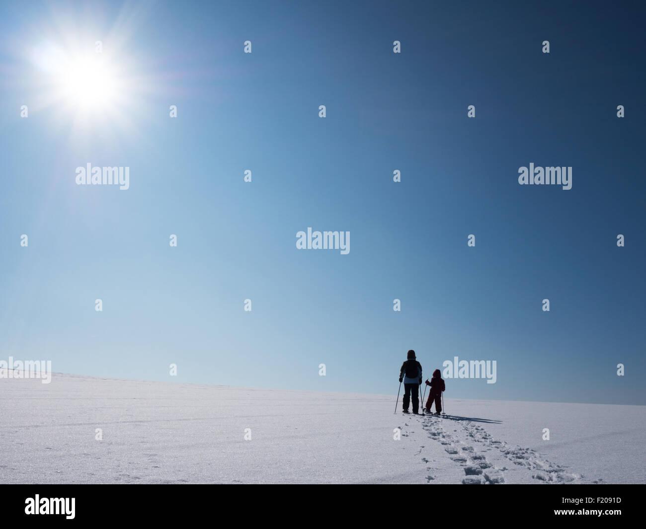 Schneeschuhläuferin mit Kind - Stock Image