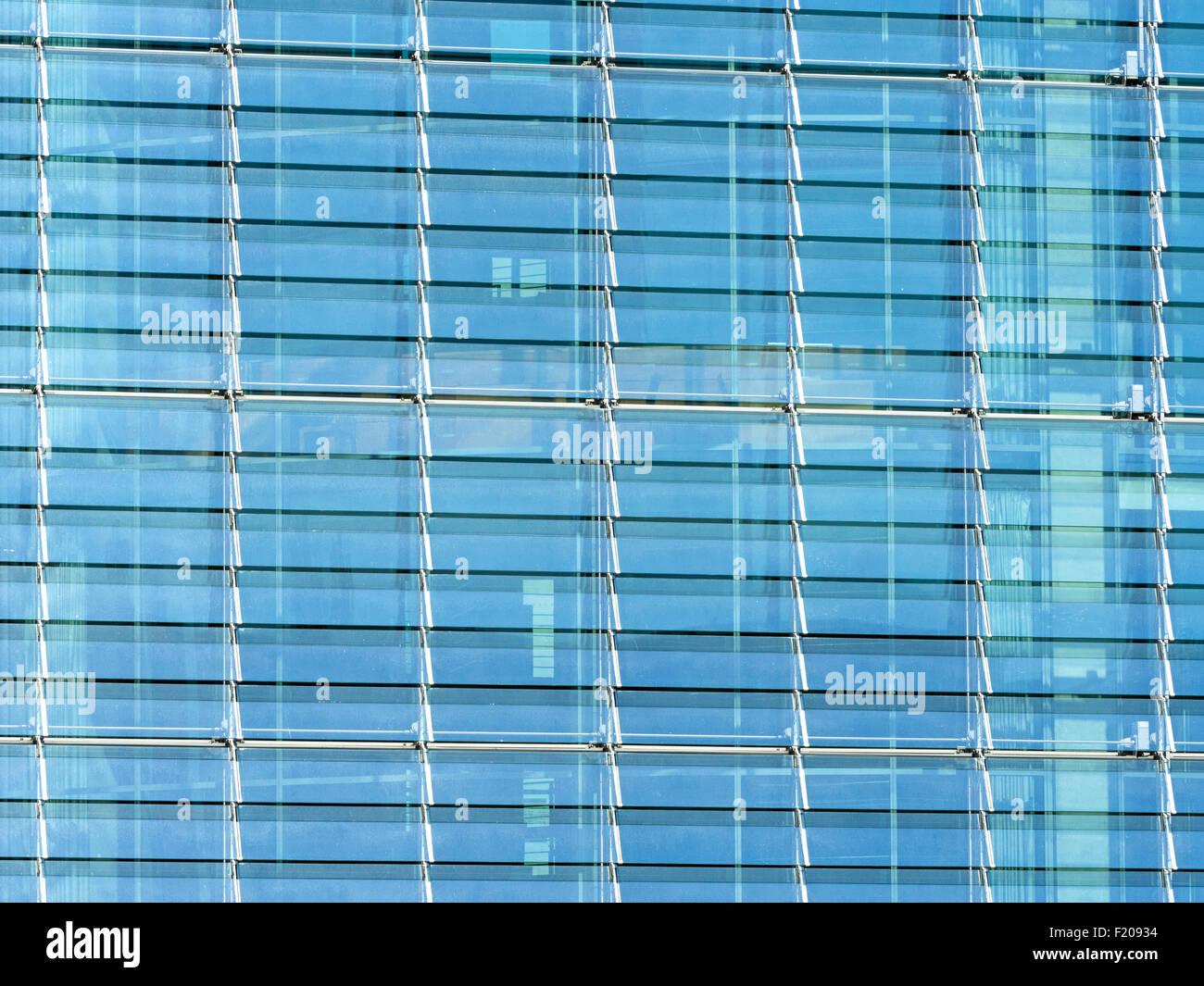 Glasfassade eines Hochhauses Stock Photo