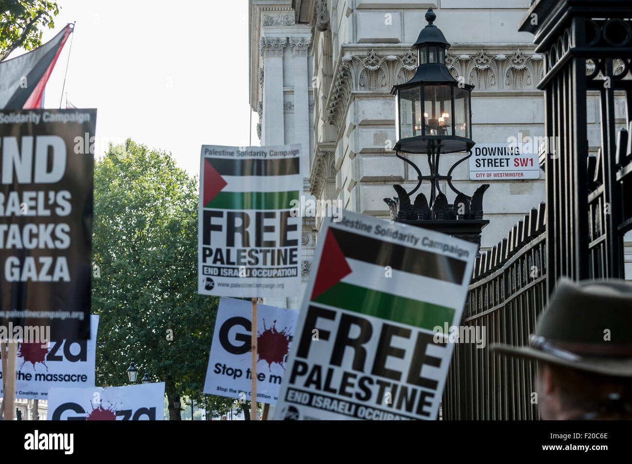 London, UK. 9 September 2015.  Pro-Palestine and pro-Israel demonstrators gather opposite each other outside Downing - Stock Image