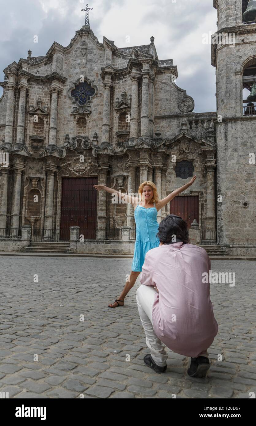 Young couple taking photographs in the colonial Plaza de la Cathedral of Havana, Cuba - Stock Image