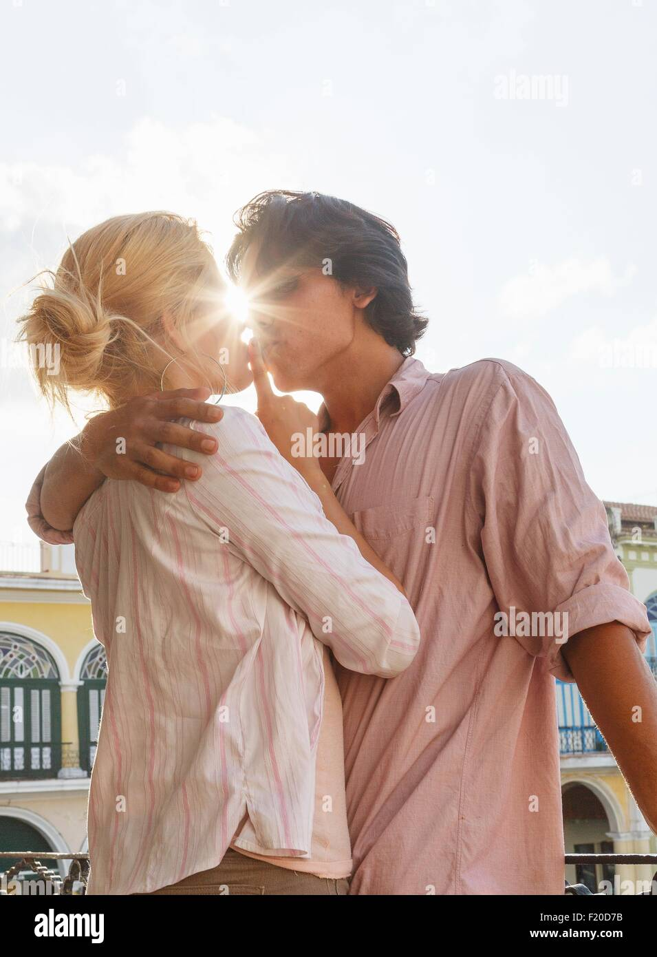 Romantic young couple kissing on restaurant balcony in Plaza Vieja, Havana, Cuba - Stock Image
