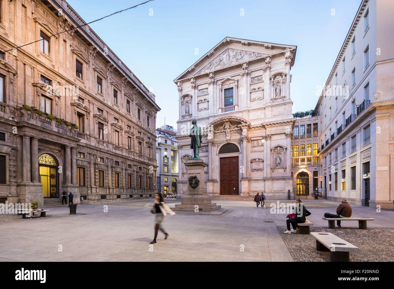 Italy, Lombardy, Milan, jesuit church San Fedele place San Fedele and Alessandro Manzoni's statue - Stock Image