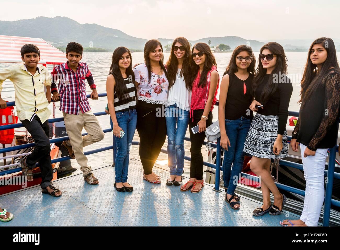 India, Rajasthan state, Udaipur, students visiting Lake Pichola - Stock Image