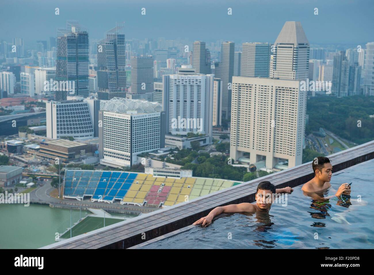 Singapore marina bay swimming pool on the rooftop of - Rooftop swimming pool in singapore ...
